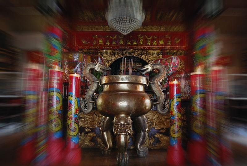 KLENTENG - Menyambut tahun baru imlek 1550 yang akan jatuh besok (26/01), Klenteng En An Kiong Malang telah bersiap dengan berbagai sarana peribadatan. Foto di ambil 25 Januari 2009.