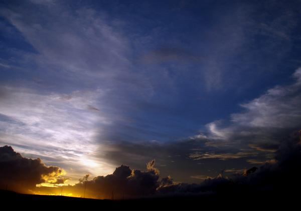 Terbenam - Sinar kuning bercampur putih dan biru tampak di ufuk sesaat matahari terbenam. Meski mendung senantiasa tampak di langit Kota Malang, beberapa hari belakangan ini, matahari terbenam menampakkan keindahannya. Foto diambil dari lantai 3 Pasar Besar Malang (02/01).