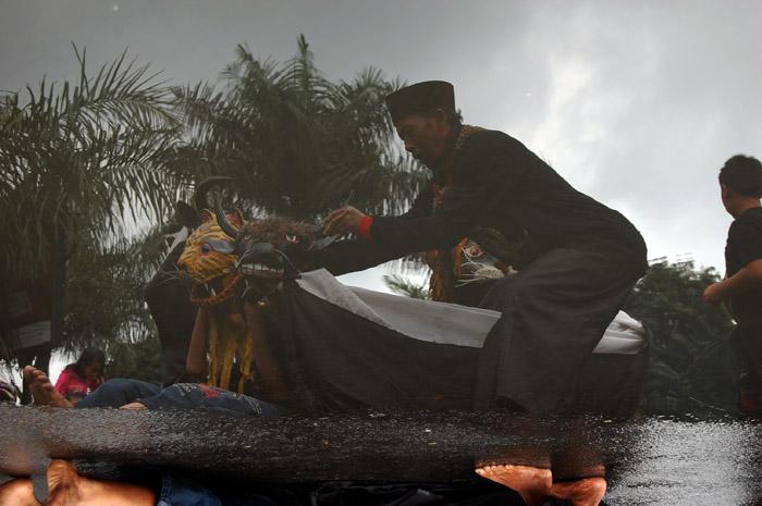 "Refleksi Budaya - Bantengan Nuswantara sebagai salah satu event untuk lebih mengenalkan dan melestarikan salah satu budaya khas Batu - Jawa Timur dilaksanakan pada tanggal 08 Maret 2009 di Kota Batu - Jawa Timur. Tampak refleksi salah satu peserta bantengan yang tampak kesulitan mengendalikan bantengan yang telah ""dimasuki"" nuansa mistis."