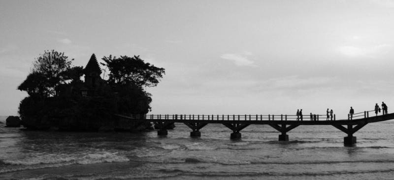 Wisata Malang - Pantai Balekambang dengan Pure dilepas pantainya menjadi salah satu objek wisata yang sangat diminati oleh pelancong. Pantai yang berjarak 70 km dari Kota Malang ini rutin juga mengadakan acara Melasti yang bertepatan pada hari Raya Nyepi. Foto diambil Minggu (05/04).