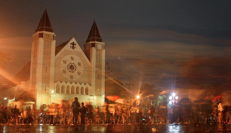 Kuno dan Megah - Gereja Ijen, salah satu Gereja di Kota Malang yang merupakan peninggalan jaman Belanda menjadi salah satu icon Kota Malang. Gereja ini juga menjadi saksi biksu perayaan Festival Malang Kembali yang diadakan pada tanggal 21-24 Mei 2009. Foto diambil Sabtu (23/05) di Jalan Ijen ketika acara tersebut berlangsung.