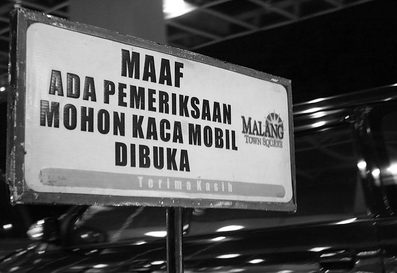 Siaga 1 - Seiring Bom yang meledak di Jakarta, mal-mal di Kota Malang pun meningkatkan kewaspadaanya. Pemeriksaan kendaraan keluar masuk pusat perbelanjaan pun di-intensif-kan. Tampak papan pemeriksaan di salah satu mal di Kota Malang.