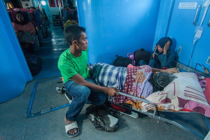 Ditengah perjalanan Kapal Cepat yang berangkat dari Sabang menuju Banda Aceh, seorang keluarga pasien menghubungi kerabatanya. Dengan perkembangan yang semakin baik, kemampuan komunikasi perangkat nirkabel dapat digunakan meski di tengah lautan sekalipun.