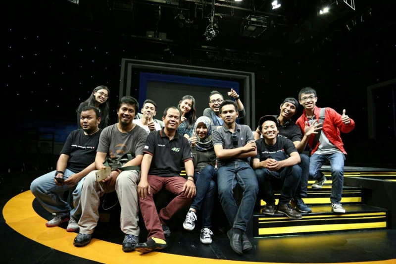 Para Finalis Grand Final DBL 2014 berfoto bersama di set panggung Mata Najwa - Metro TV. (Set timer by Kenny Sie)