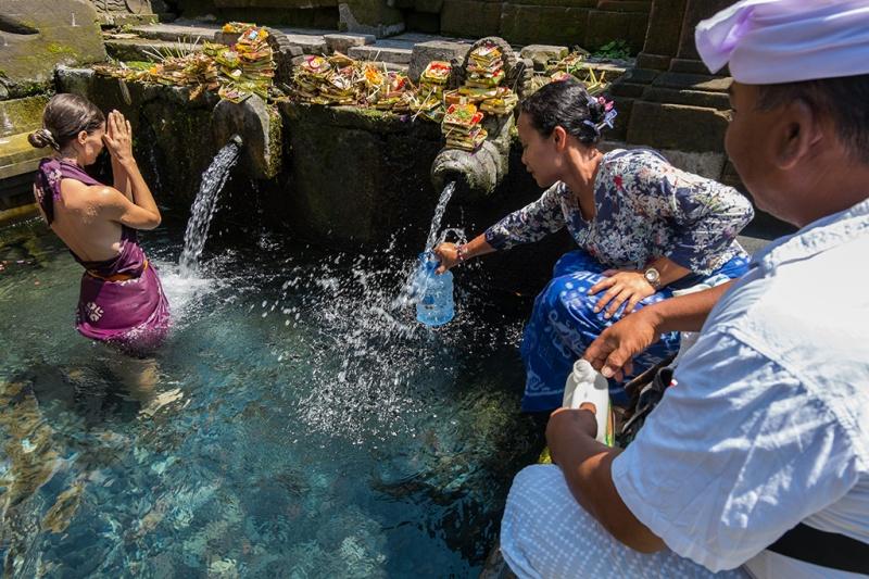 Sumber Manfaat - Warga mengambil air dari Pancoran Tirta Empul dan wisatawan mensucikan diri di pancoran yang kelestarian airnya tetap terjaga sampai saat ini. Foto diambil pada 17 Oktober 2015. (c) Muhammad IQbal / m1qbalimages